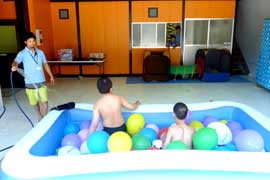 夏は楽しいプール遊び