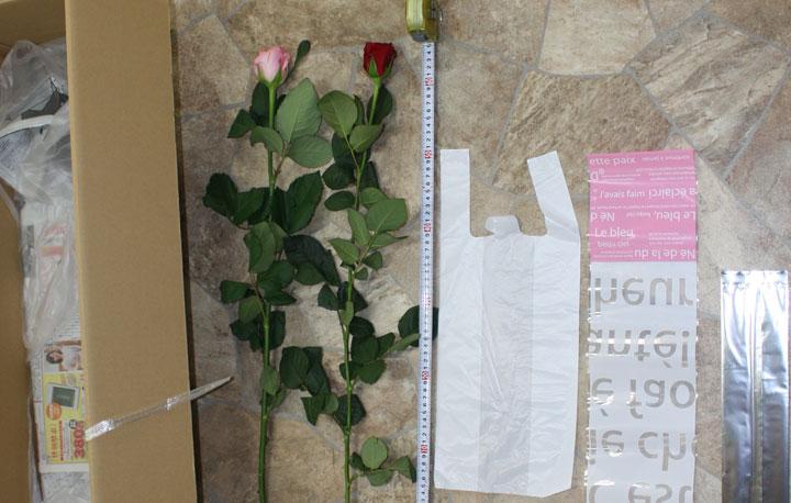 バラを小さな束に分けて段ボールに詰めます。