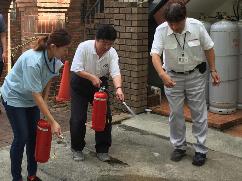 消火器のデモ放水